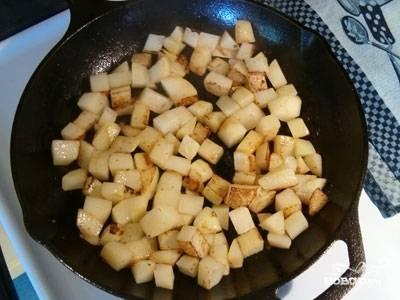 В это время на растительном масле в сковородке обжариваем наш картофель. Картофель нужно хорошенько посолить и жарить до золотистой корочки в течении 10 минут, постоянно перемешивая.
