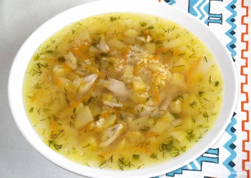 6. С костей курицы снимите отваренное мясо. Нарежьте его аккуратными кусочками и положите в суп. Подержите на огне еще пару минут. Попробуйте на соль. Если требуется, досолите. Выключайте. Суп готов. Приятного аппетита.