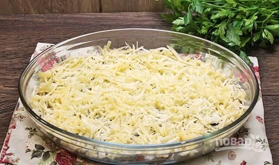 6. Щедро присыпьте тертым сыром и отправьте форму в разогретую до 190 градусов духовку. Запекайте до румяности около 40 минут.