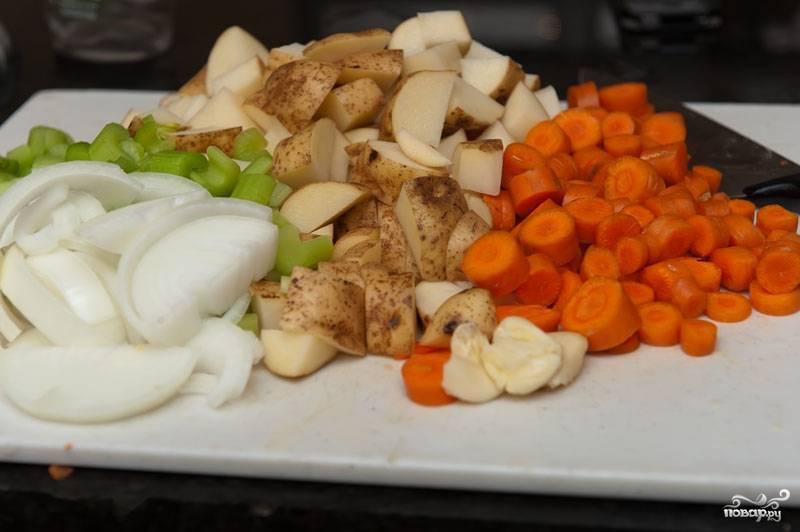 Чистим морковь и картофель. Картофель нарезаем брусочками, лук полукольцами, сельдерей и морковь нарезаем привычным образом. Чеснок почистить и размельчить.