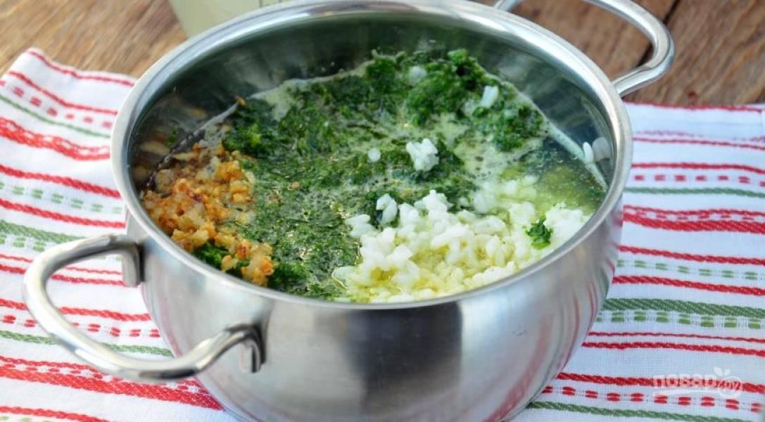 Рис отварите до готовности. Лук и чеснок порубите мелко и обжарьте на сковороде с маслом. Шпинат прогрейте немного на сковороде, затем сложите рис, лук с чесноком и шпинат в кастрюлю и залейте бульоном.