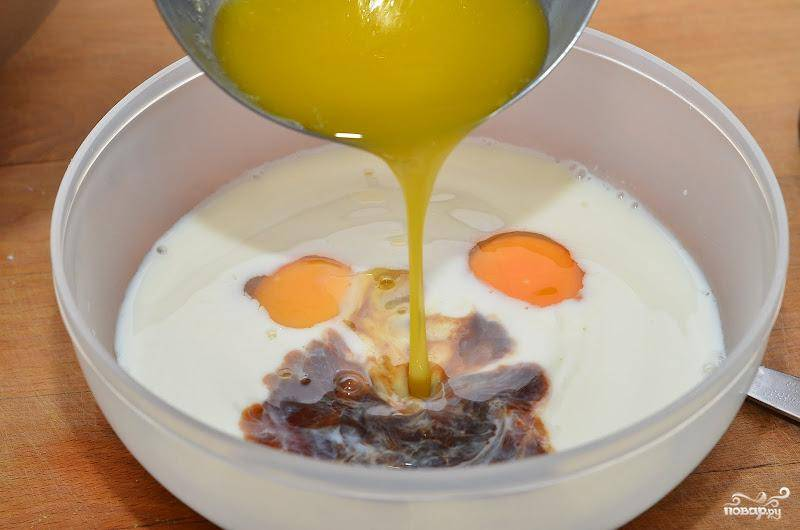 В другой емкости необходимо смешать яйца, молоко, растопленное сливочное масло и ванильный экстракт. Активно перемешиваем при помощи венчика.