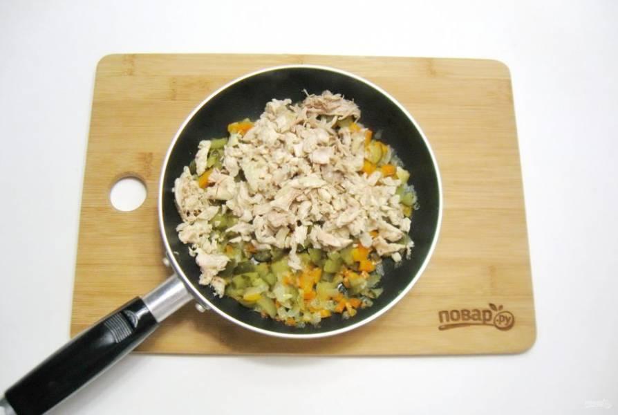 После добавьте отварную курицу.