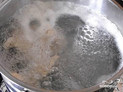 2. Отправляем мясо в кастрюлю, наливаем воду и доводим до кипения.