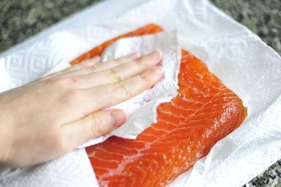 Тщательно обсушите рыбу бумажным полотенцем, чтобы удалить лишнюю влагу. Теперь соленое филе семги готово для употребления. Приятного аппетита!