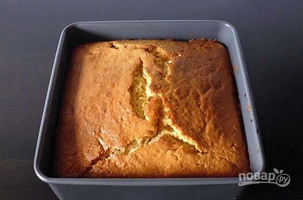Отправьте пирог в разогретую до 160 градусов духовку на полтора часа.