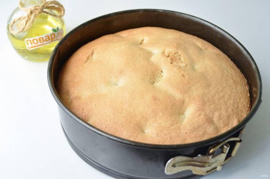 8. Ржаная шарлотка с яблоками готова. Дайте ей остыть в форме, затем осторожно извлеките и порежьте. Она невероятно нежная!
