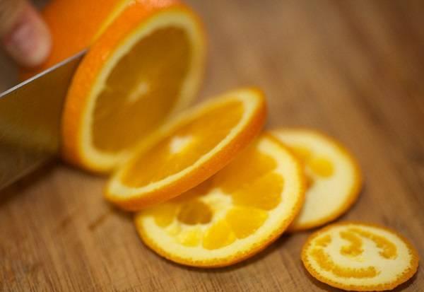 6. Вымыть и тонко нарезать апельсин.