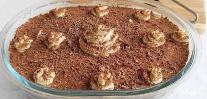5. Затем поставьте заготовку тирамису в холодильник на всю ночь. Затем натрите шоколад. Смешайте его с какао-порошком. Когда все слои тирамису хорошенько пропитаются, достаньте его из холодильника и щедро посыпьте тертым шоколадом с какао. Десерт готов. Можно пробовать.