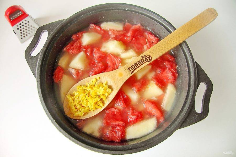 Выжмите из лимона сок. Цедру натрите на мелкой или средней терке. Добавьте цедру и сок в кастрюлю.