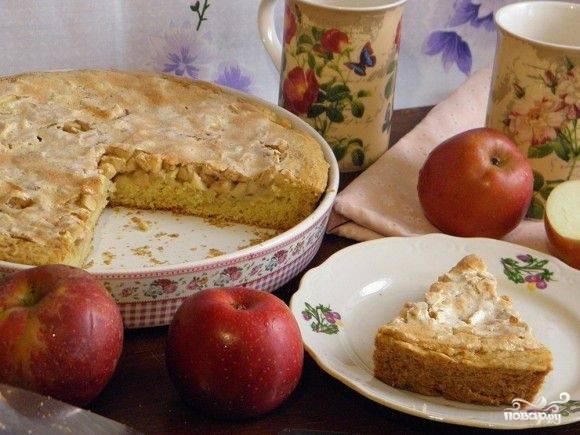 Можете еще дать пирогу подойти в остывающей духовке минут 15. Готовый яблочный пирог с корицей присыпьте сахарной пудрой.
