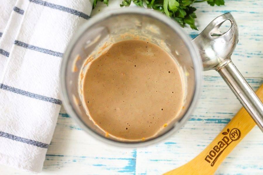 Влейте кипяток, всыпьте соль и отпюрируйте примерно 2-3 минуты. По желанию кипяток можно заменить горячим молоком или сливками 15%, особенно если готовите первое блюдо для детей.
