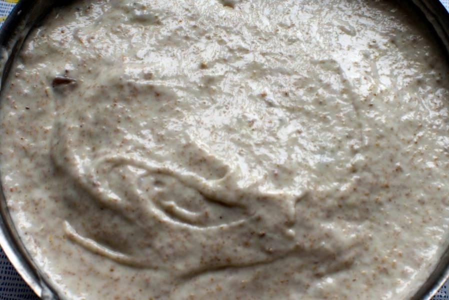 Залейте пирог остатками теста, поставьте в разогретую духовку.