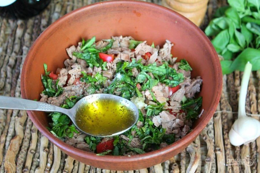 Заправляем наш салат оливковым маслом. Посыпаем солью, перцем и перемешиваем.
