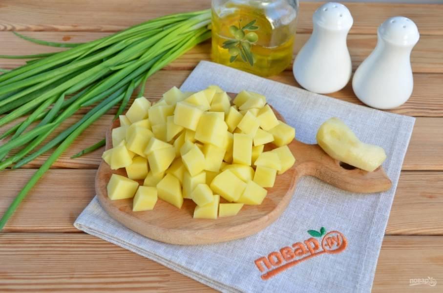 С имбиря снимите кожуру. Картофель порежьте кубиками 1 на1 см.