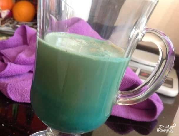 Перелейте в бокал для коктейля получившуюся молочную смесь. Затем аккуратно по краю влейте ликёр и сироп.