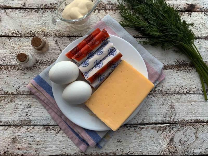 Подготовьте все необходимые ингредиенты. Яйца сварите в подсоленной воде до готовности.