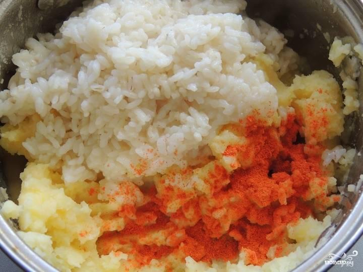 3. Остывший картофель и рис соедините. Всыпьте паприку. Добавьте перец и соль в зависимости от вашего вкуса. Тщательно перемешайте.