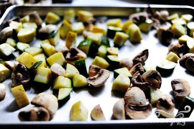 1. Разогреть духовку до 200 градусов. Нарезать цуккини, сквош и луковицу кубиками. Разрезать грибы на 4 части. Нарезать морковь и сельдерей. Промыть фасоль. Выложить цуккини, сквош и грибы в миску с 2 столовыми ложками оливкового масла и посыпать солью. Распределить овощи на двух противнях (чтобы избежать скученности) и запечь в горячей духовке в течение 5-10 минут, до коричневого цвета. Убрать из духовки и отставить в сторону.