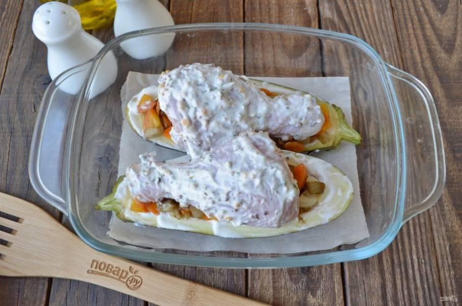 Сверху положите куриные голени в маринаде. Запекайте в духовке в течение 30-35 минут, температура 180 градусов.