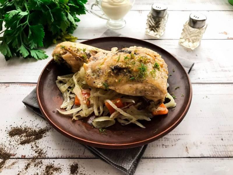 Курица на капустной подушке в духовке готова. Приятного аппетита!