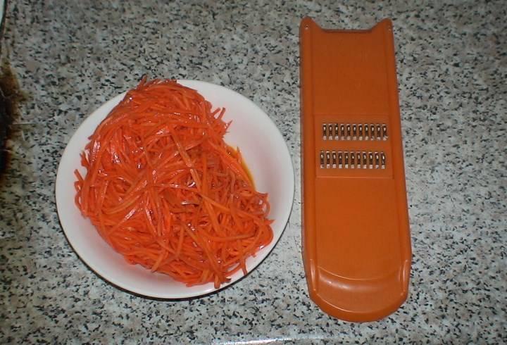 Морковку трем на терке.
