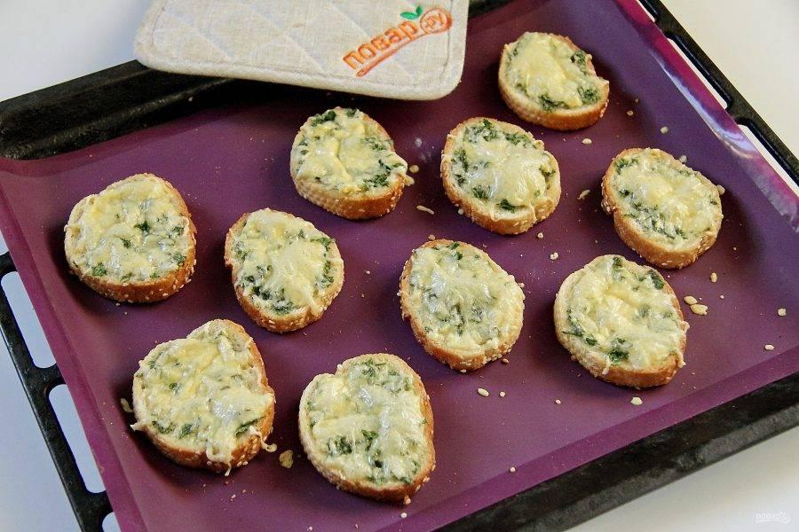 Отправьте в разогретую до 200 градусов духовку на 5-7 минут или до расплавления сыра.