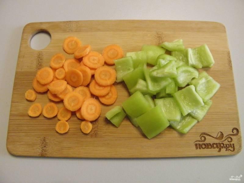 Болгарский перец порежьте кубиками. Морковь нарезаем максимально тонкими кружочками.