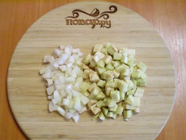 2. Баклажан и лук (и/или чеснок) режем кубиками.