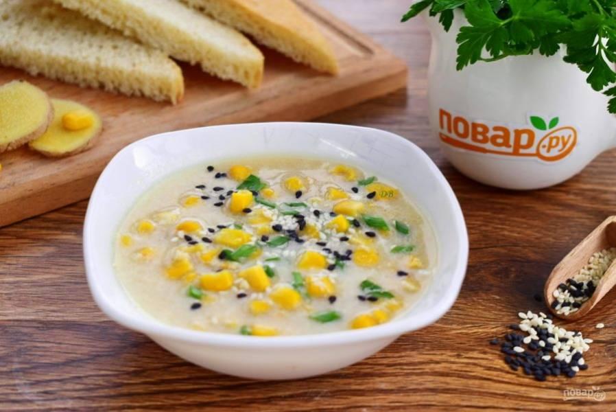 При подаче добавьте в суп рубленую зелень и кунжут. Приятного аппетита!