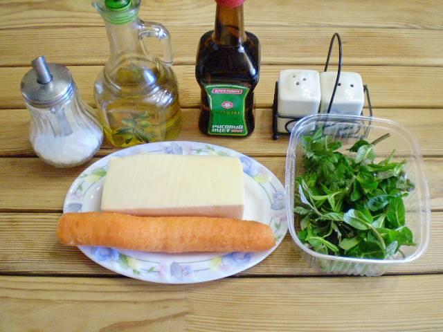 """1. Приготовим продукты. Морковь очищаем, моем. Сыр должен быть мягкий, чтобы легко скручивался и при этом не ломался и не крошился. """"Гауда"""" отлично справился с задачей."""