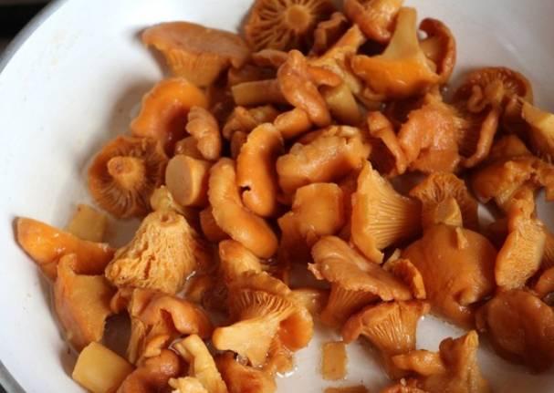 Промытые лисички обжариваем 5 минут на растительном масле, постоянно помешивая.