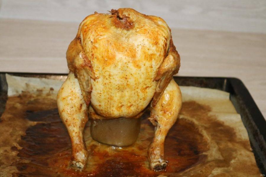 Поставьте банку с курицей на противень, застеленный пергаментом. Налейте немного воды и отправьте в духовку, разогретую до 180 градусов. Запекайте в течение 1 часа.