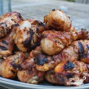 6. Через 4-6 часов жарьте куриные ножки на гриле, пока мясо не отскочит от косточки. Приятного аппетита!