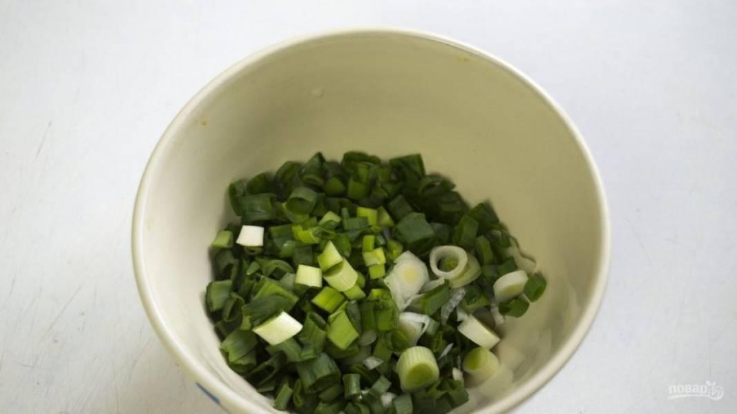 Пока займитесь начинкой. Зелёный лук промойте и нашинкуйте мелко.