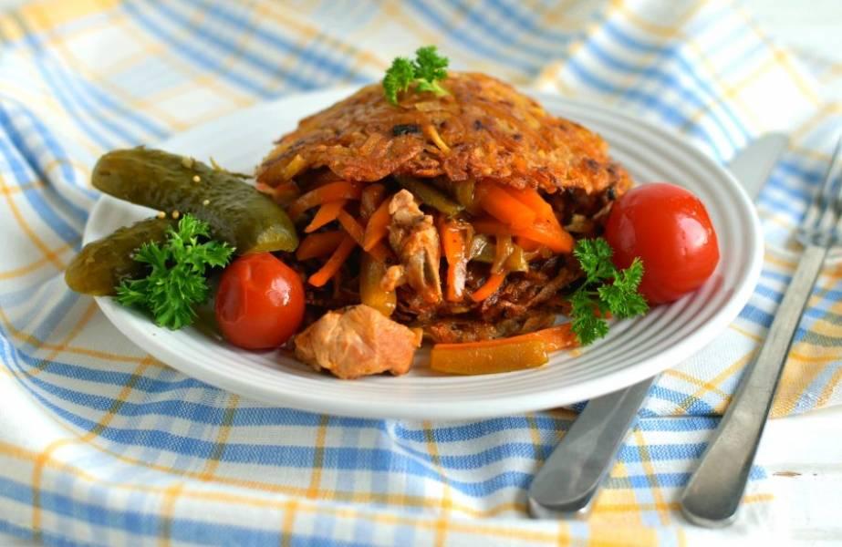 Подавайте свинину с драниками, из расчета три драника на порцию. Выкладывайте драники, прослаивая их мясом с овощами.