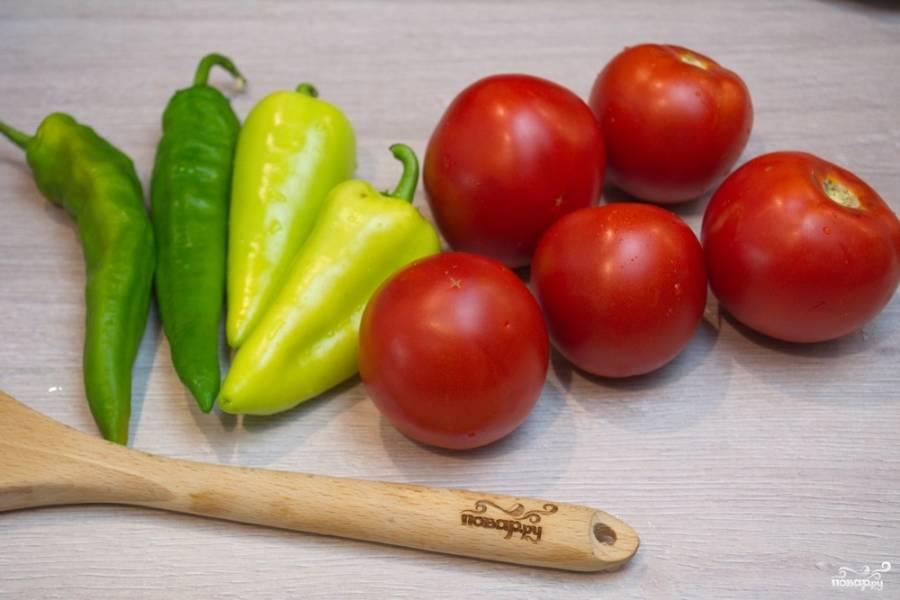 Для приготовления аджики  с чесноком на зиму нам нужно взять острый перец, болгарский перец, помидоры-томаты и специи.