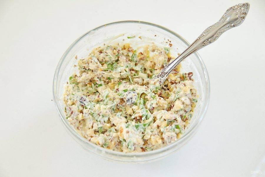 Соедините вместе сметану, зелень и орехи. Немного орехов и зелени оставьте для украшения.