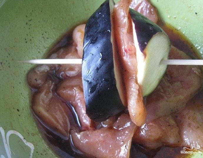 """После этого промойте кружочки """"синих"""" под проточной водой, слегка подсушите их. Возьмите деревянную шпажку, нанизывайте на неё по очереди кусочки баклажанчика и куриной грудки, заранее замаринованной в соусе."""