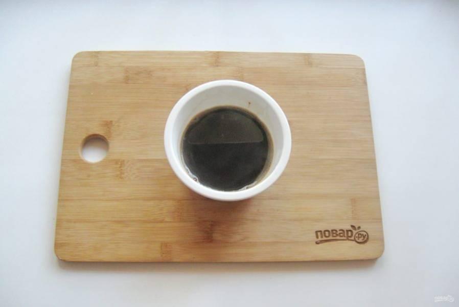 В стакане горячей воды растворите кофе.