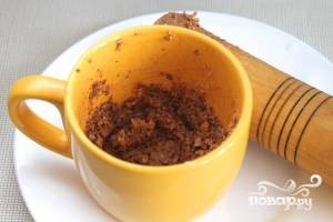 Грецкие орехи нужно растолочь вместе с чесноком, подливая туда бульон. Добавить черный и душистый перец, корицу или хмели-сунели.