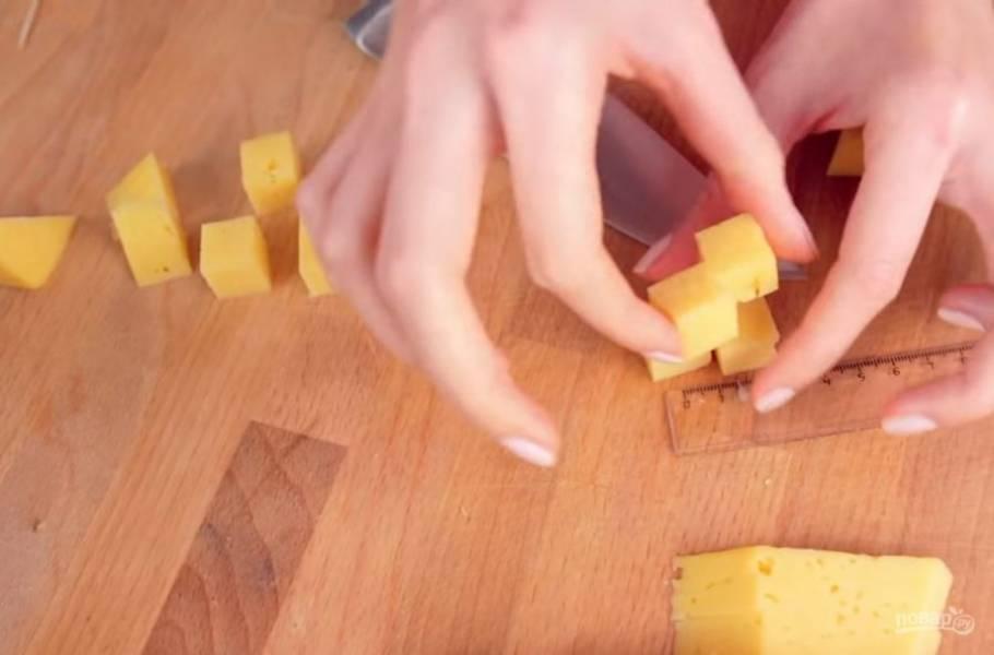 2. Затем с помощью линейки отмерьте и вырежьте такие кубики из хлеба, сыра, огурца, помидора, вареной и копченой колбасы.