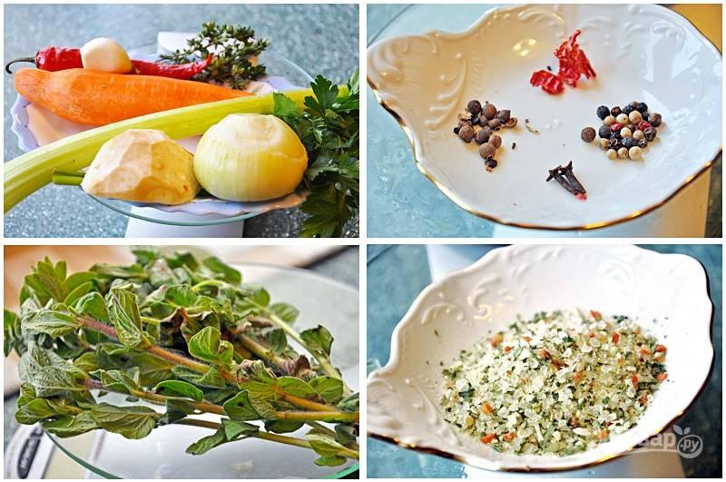 2. Приправы добавляйте по вкусу. У меня - это сельдерей, травы, специи, перец горошком, лавровый лист, зелень и т.д. Используйте любые приправы по вкусу. Мой муж очень любит остроту, поэтому лапшу я готовлю обязательно с добавлением острого перца. Когда закипит бульон - добавьте все специи по вкусу, но перед этим не забудьте снять пену.