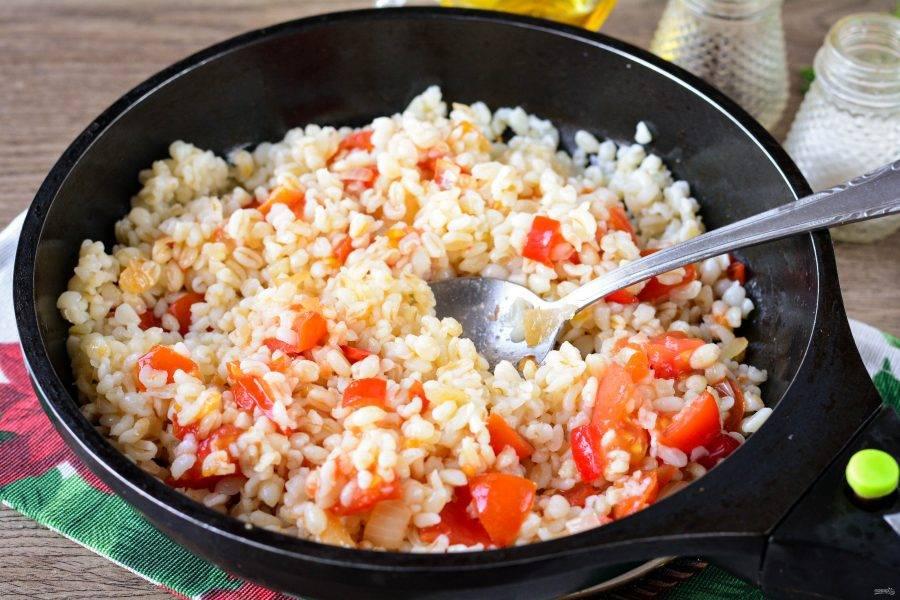 Перемешайте получившийся гарнир, добавьте специи по вкусу, прикройте сковороду крышкой и томите булгур с овощами еще пару минут.