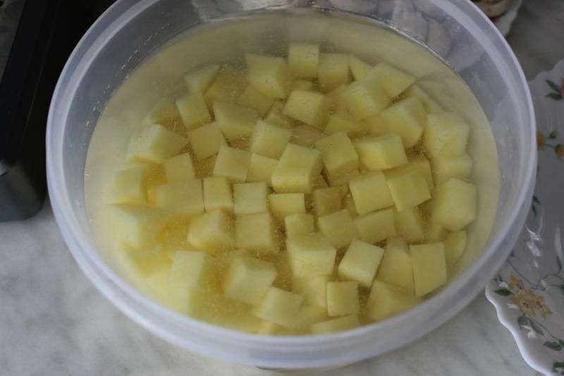 Картофель также чистим и нарезаем небольшими кубиками.
