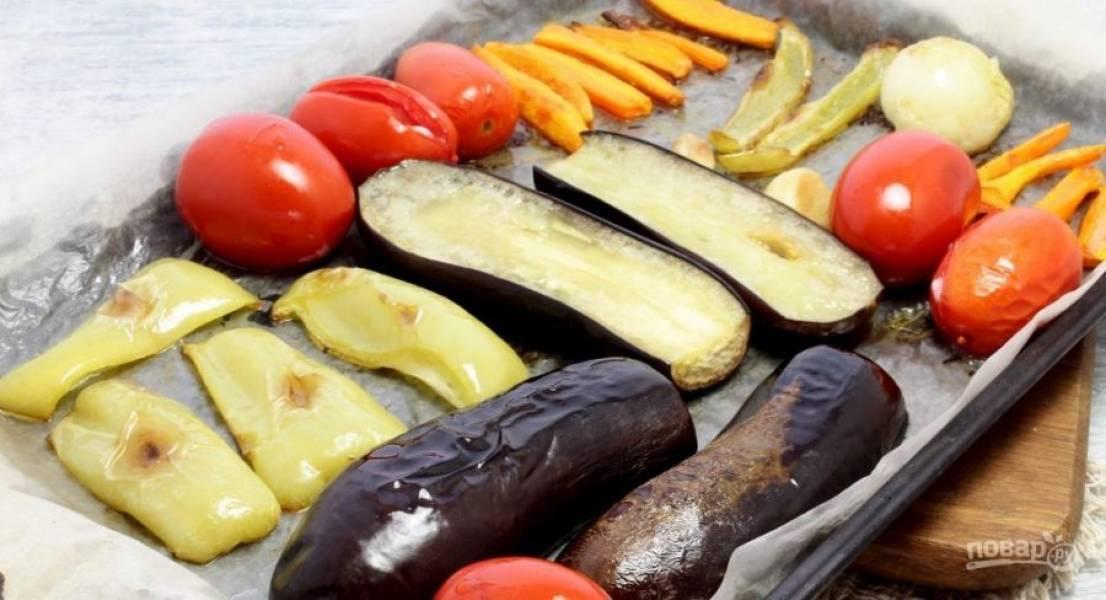 Запекайте овощи в духовке при 200 градусах 25 минут. Спустя 10 минут переверните их.