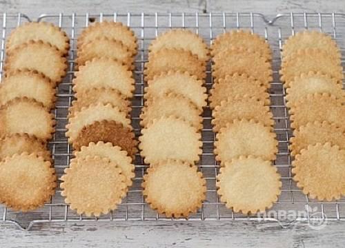 И выпекаем минут 13-15 до подрумянивания. Даем печеньям остыть.