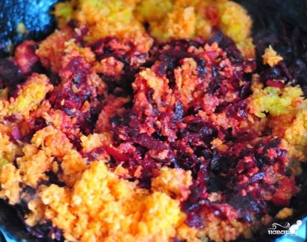На сковородку к свекле отправляем морковь с перцем. Добавляем пару ложек воды и тушим минут 8-10.