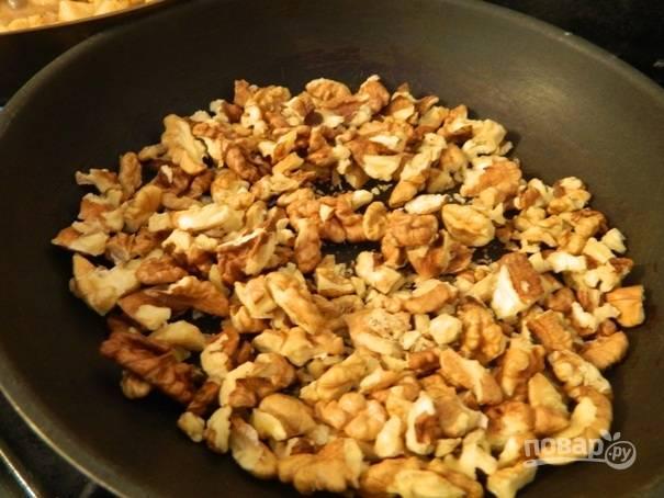 Тем временем поджарим орехи.