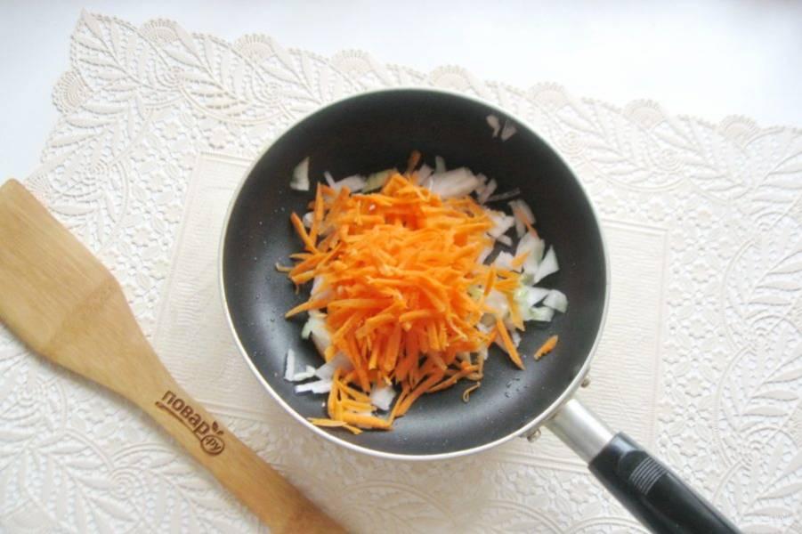 Морковь очистите, помойте и натрите на терке. Добавьте в сковороду к луку.